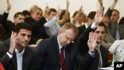 (L-D) Aleksandar Šapić, Dragan Djilas i Božidar Djelić glasaju na početku sednice Skupštine Beograda