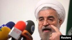 鲁哈尼5月30日在德黑兰举行的一场竞选活动中发表讲话。(照片来源:路透社)