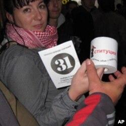 这名示威者说,印有宪法字样的卫生纸是送给示威现场警察的礼物