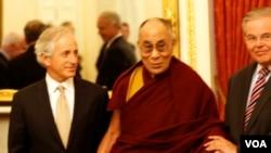 达赖喇嘛与国会议员会晤(美国之音常晓拍摄)