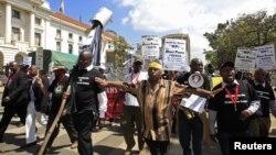 Anggota kelompok sipil Kenya meneriakkan slogan menentang rencana pemerintah untuk menaikkan bonus bagi anggota parlemen Kenya di ibukota Nairobi (Foto: dok).