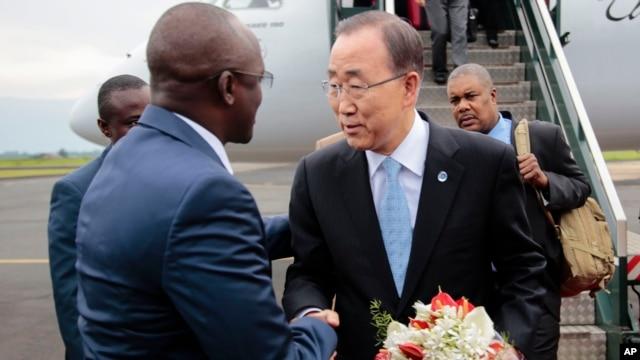 UN Secretary-General Ban Ki-moon (R) is welcomed by Burundian First Vice President, Gaston Sindimwso (L) as he arrives in Bujumbura, Burundi, Feb.22, 2016, in an effort to encourage political dialogue.