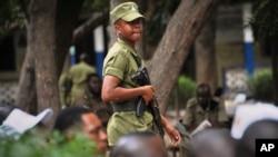 Un policier tanzanien assure la sécurité à Mbagala, Dar es Salam, Tanzanie, 28 octobre 2015.