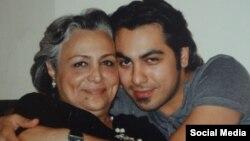 امیر ارشد تاجمیر در کنار مادرش شهین مهینفر