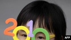 Một em bé mang cặp kính đồ chơi tại cuộc Triển lãm Thế giới ở Thượng Hải