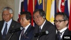 Para Menlu ASEAN dan Jepang mengadakan konferensi pers di Jakarta (9/4).