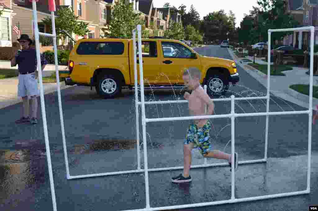 سڑک کو بلاک کرنے والا پیلا ٹرک