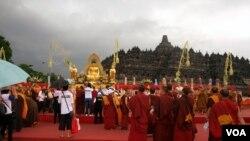 Hujan turun pada awal Upacara Tri Suci Waisak di altar utama Candi Borobudur hari Minggu, 6/5 (foto: Munarsih Sahana).