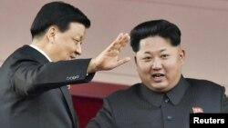 Lãnh tụ Bắc Triều Tiên Kim Jong Un và ông Lưu Vân Sơn, nhân vật lãnh đạo đứng hàng thứ 5 của Trung Quốc tại cuộc duyệt binh kỷ niệm 70 năm ngày thành lập đảng Lao động ở Bình Nhưỡng, 10/10/2015.