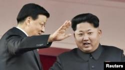 지난 13일 북한 평양에서 열린 노동당 창건 70주년 기념식에서 김정은 국방위원회 제1위원장(오른쪽)이 중국 대표단을 이끌고 방북한 류윈산 공산당 정치국 상무위원과 함께 열병식을 참관하고 있다.