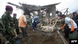 Binh sĩ, các tình nguyện viên dọn dẹp xác gia súc để tránh bệnh tật lây lan