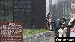 이슬람 극단주의 테러단체 ISIL이 주한미군 시설을 테러대상으로 지목한 것으로 알려진 19일 경기도 평택시 주한미군 오산공군기지 정문에서 군인들이 출입하는 차량을 검문하고 있다.