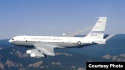 Американский самолет OC-135B, участвующий в наблюдательных полетах по Договору по открытому небу