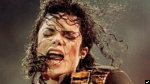 Michael Jackson in concert in 1998