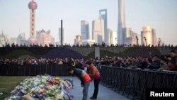 新年夜上海外灘發生的踩踏事故的陳毅廣場在1月2日有民眾獻花哀悼。