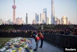上海踩踏事故罹难者家属在外滩祭奠亲人