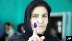 Seorang perempuan Afghanistan menunjukkan jarinya yang ditandai tinta setelah memberikan suaranya di TPS di Kabul, Afghanistan, 20 Oktober 2018.