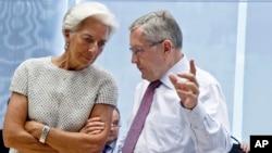 國際貨幣基總裁拉加德(左)正與歐洲金融穩定基金主席克勞斯雷格林(右)在歐盟部長會議上進行交談(2015年7月11日)。