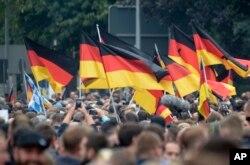 Demonstranti nose njemačke zastave tokom okupljanja u Chemnitzu, istočna Njemačka, 1. septembra 2018.