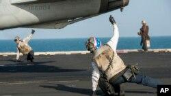 시리아와 이라크 내에 있는 ISIL 소탕작전을 위해 미군들이 5일 공습에 투입될 전투기를 유도하고 있다.