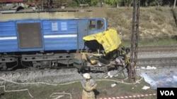 Sebuah kereta api di Ukraina timur menyeret bis penumpang sejauh 30 meter setelah tabrakan hari ini.
