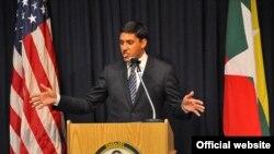 USAID အေမရိကန္ႏိုင္ငံတကာဖြံ႔ၿဖိဳးမႈေအဂ်င္စီ အုပ္ခ်ဳပ္ေရးမႉး Dr. Rajiv Shah၊ အေမရိကန္စင္တာ၊ ရန္ကုန္ၿမိဳ႕၊ ျမန္မာႏုိင္ငံ။ ( Credit to -Credit: Richard Nyberg/USAID)