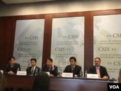 日本众议院议员小野寺五典(左一)、前原诚司(左二)、林芳正(中)和福田达夫(右二)在华盛顿智库战略与国际研究中心
