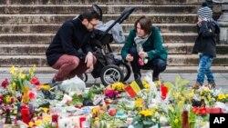 布鲁塞尔一家人为恐怖袭击丧生者献花