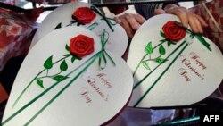 Một cặp đồng tính đạt kỷ lục về 'nụ hôn dài nhất' vào ngày Valentine