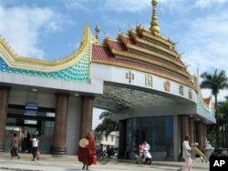 云南瑞丽的边关检查站。中国原本对泛亚铁路东盟通道一线的西线,即从云南瑞丽出发经缅甸进入泰国曼谷最终到新加坡的方案寄予厚望。