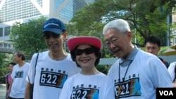 香港民主黨前主席李柱銘(左)與前香港政務司司長陳方安生(中)及天主教榮休主教陳日君,一同參與毅行爭普選 (美國之音湯惠芸拍攝)