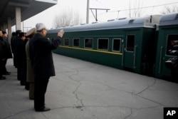 朝鲜高级外交官在平壤为牡丹峰乐团成员和功勋合唱团奔赴北京演出送行(2015年12月9日)