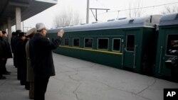 朝鲜高级官员在平壤为前往中国演出的牡丹峰乐团和功勋国家合唱团送行。(2015年12月9日)
