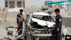 Lực lượng an ninh Afghanistan tại hiện trường một vụ đánh bom xe nhắm vào chốt kiểm soát của cảnh sát ở quận Daman, ngoại ô Kandahar, ngày 20/9/2015.
