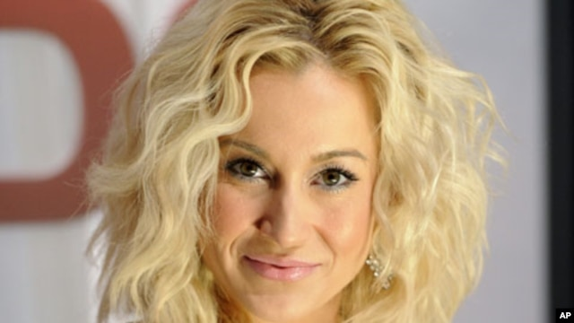 Kellie Pickler arrives at the 45th Annual Country Music Association Awards in Nashville, Tennessee, Nov. 9, 2011.
