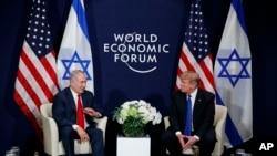 Perezida Donald Trump abonana n'umushikiranganji wa mbere wa Isirayeli Benjamin Netanyahu i Davos, Itariki 25, ukwezi kwa mbere, 2018.
