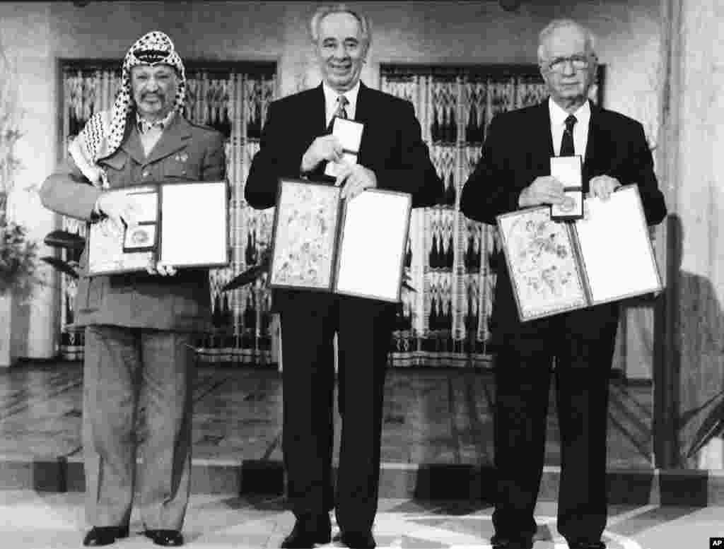 از راست: اسحاق رابین، شیمون پرز و یاسر عرفات. آنها بخاطر توافق صلح اسرائیل و فلسطینی ها در سال ۱۹۹۴ جایزه صلح نوبل گرفتند. بعدها با مرگ رابین و افزایش تنش ها، این پیمان صلح پایدار نماند.