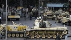 تانک های ارتش مصر یک خیابان در قاهره را مسدود کرده اند. ۳۰ ژانویه ۲۰۱۱