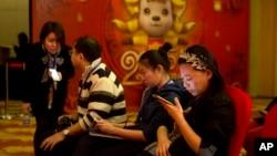 在中国,智能手机与互联网关联日益密切。