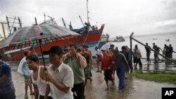 Para nelayan Burma tiba di Benjina, Kepulauan Aru, Indonesia, untuk melaporkan diri mereka, April 2015. (AP/Dita Alangkara)
