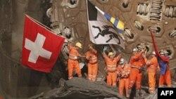 Các kỹ sư vui mừng khi phá xong khúc núi cuối để xây đường hầm dài nhất thế giới