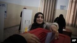 一位妇女7月7日在的黎波里的投票站投票