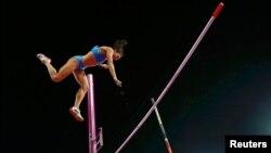 Yelena Isinbayeva, de la Russie, échoue lors d'une tentative de saut à la perche.
