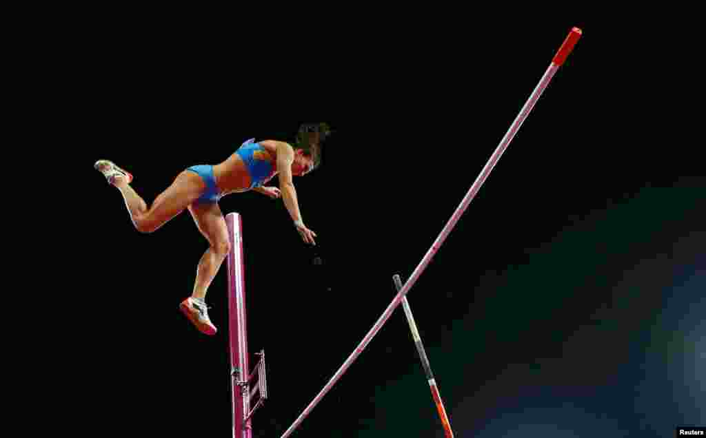 Yelena Isinbayeva, from Russia, fails to clear the bar on he third attempt in the women's pole vault final.