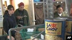 빈곤층 주민에게 식품을 나눠주는 미국 자선단체. (자료사진)