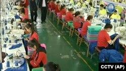 2019年1月9日工人在中国新疆和田职业教育培训中心的一家制衣厂工作。