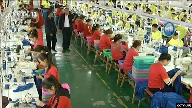 中国中央电视台通过美联社播放的一段未标明日期的视频片段显示,穆斯林学员在新疆和田职业技能教育培训中心的一家服装厂工作。