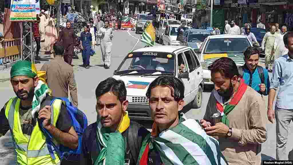 جے کے ایل ایف جموں و کشمیر کے پاکستان یا بھارت سے الحاق کی بجائے مکمل خود مختاری چاہتی ہے۔