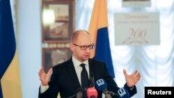 아르세니 야체뉵 우크라이나 총리가 4일 오데사에서 러시아를 비난하고 있다.