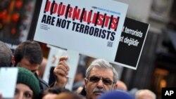 Những nhà báo Thổ Nhĩ Kỳ tập trung biểu tình chống lại việc bắt giữ tổng biên tập của tờ báo đối lập Cumhuriyet Can Dundar và trưởng văn phòng Ankara Erdem Gul, ở Istanbul, ngày 26 tháng 12 năm 2015.